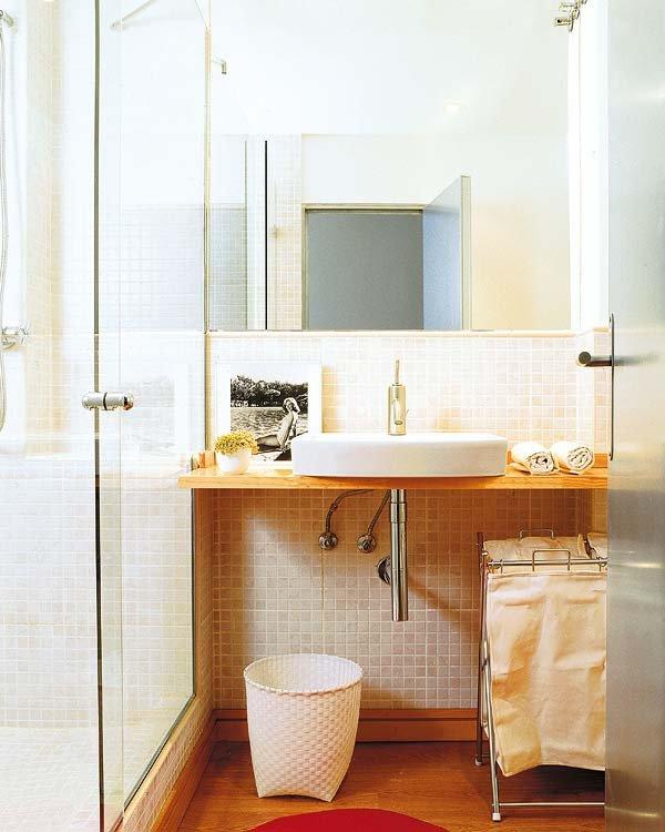 Consejos para decorar los ba os peque os - Estantes para interior ducha ...